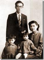 母に抱かれて、3歳のわたし。姉、父とともに。